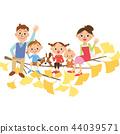 坐在银杏树树的家庭 44039571