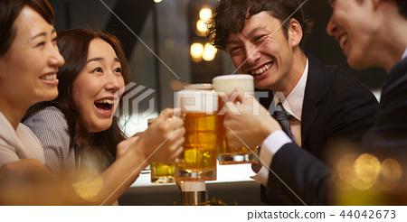 工作的人喝酒 44042673