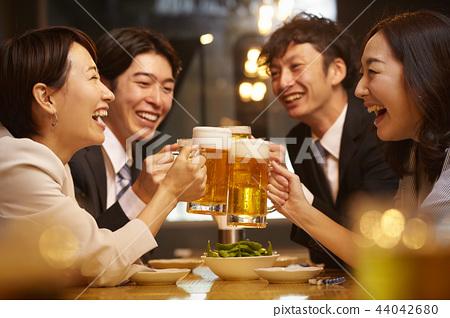 工作的人喝酒 44042680