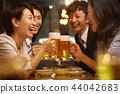 工作的人喝酒 44042683