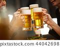工作的人喝酒 44042698