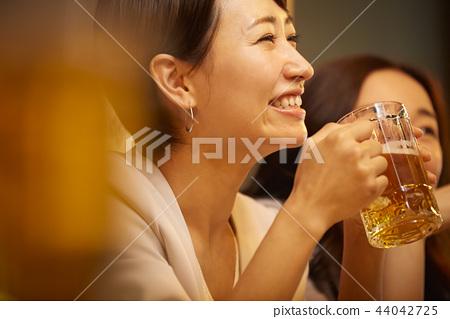 工作的人喝酒 44042725
