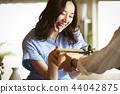 一對夫婦送禮物 44042875