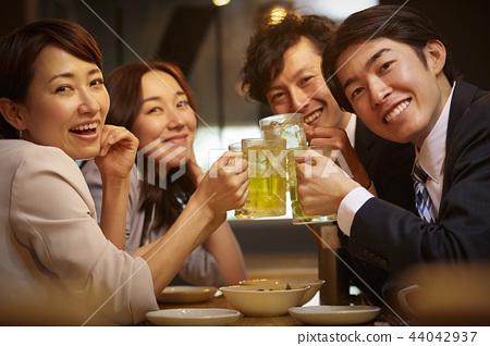 工作的人喝酒 44042937