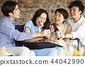 人們享受家庭聚會 44042990