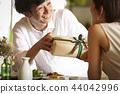 一對夫婦送禮物 44042996