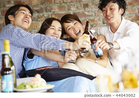 人們享受家庭聚會 44043002