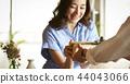 一對夫婦送禮物 44043066