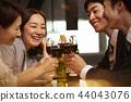 工作的人喝酒 44043076