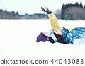 滑雪胜地的女人 44043083