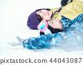 滑雪胜地的女人 44043087