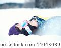 滑雪勝地的女人 44043089