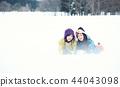 滑雪胜地的女人 44043098