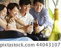 人們享受家庭聚會 44043107