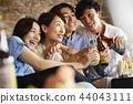 人們享受家庭聚會 44043111