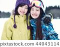 滑雪勝地的女人 44043114