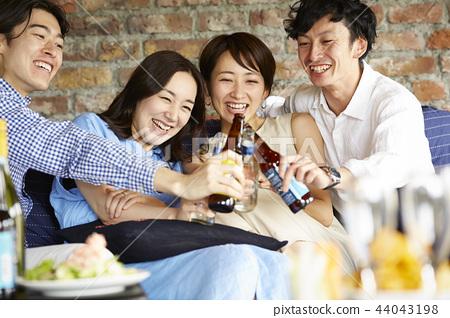 人們享受家庭聚會 44043198