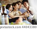 人們享受家庭聚會 44043380