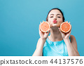 Young woman holding oranges 44137576