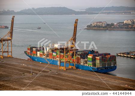 集裝箱船停泊在集裝箱碼頭 44144944