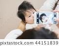스마트 폰에서 아기를 찍을 어머니 44151839