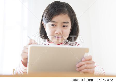 공부하는 초등학생 여자 태블릿 태블릿 학습 44152672