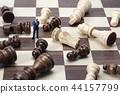 쓰러진 체스 말과 미니어처 비즈니스맨  44157799