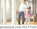 父親和女兒玩 44177183