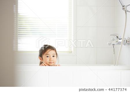 在浴室裡的女孩 44177374