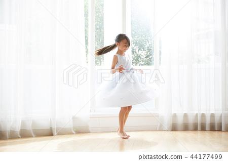 穿裙子的女孩 44177499
