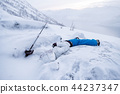 Man mountaineer sleeping die on snow ridge 44237347