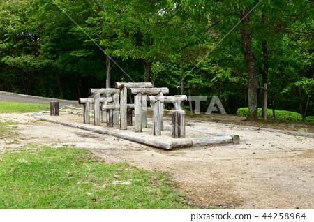 公園的木製遊樂場設備 44258964