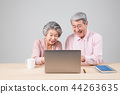 여가생활을 하는 노인 부부 44263635