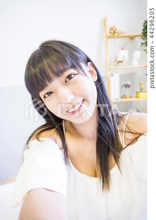 亞洲台灣中國大陸人像美女自拍照像相機照相周末假日房間賴床美肌科學物聯網傳輸上網 44296205