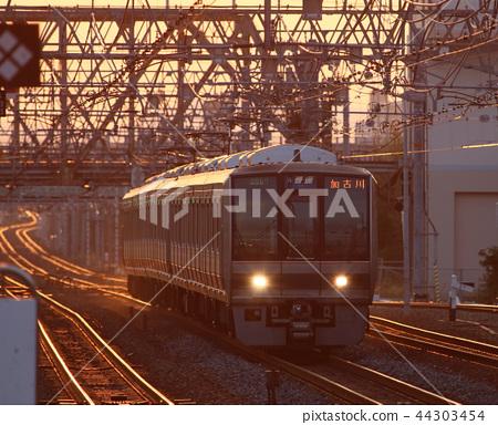 새벽 니시 노미야 역에 도착하는 기차 44303454