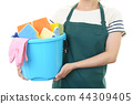 청소 도구를 가진 여자 44309405