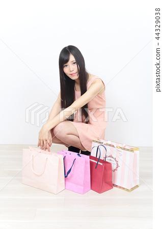 หญิงสาวช็อปปิ้ง 44329038