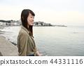 바다를 바라 보는 여자 44331116