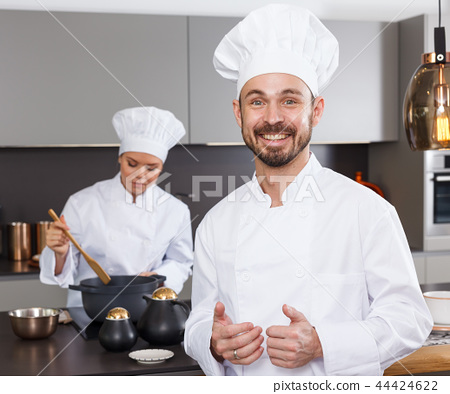 Male chef with female colleague 44424622