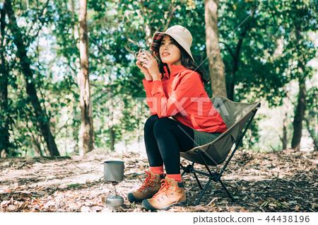 在山的婦女飲用的咖啡 44438196
