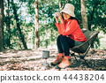 ผู้หญิงกำลังดื่มกาแฟในภูเขา 44438204
