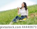 ผู้หญิงกำลังดื่มนม 44440673
