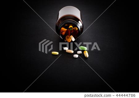滴下的藥片和藥片 44444786