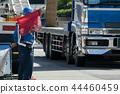 트럭을 통과 교통 유도원 44460459