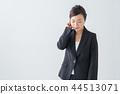 [与剪切路径]女人抱着一只耳朵 44513071