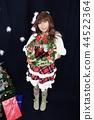 圣诞老人女孩服装全身站立微笑的妇女拿着花圈 44522364