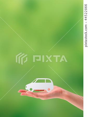 有汽車的女性手由紙製成 44522866