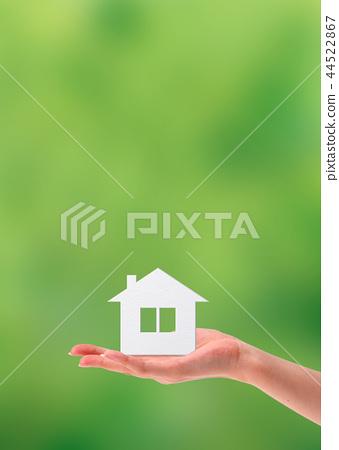 有房子的女性手由紙製成 44522867