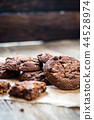 chocolate chip cookies 44528974
