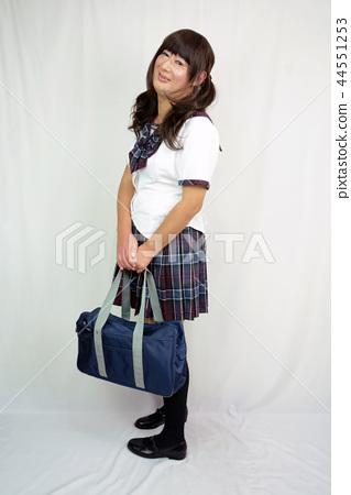 하복 교복 체크 무늬 스커트 전신 옆모습 학생 가방을 앞에서 양손으로 들고 미소 짓는 여성 44551253